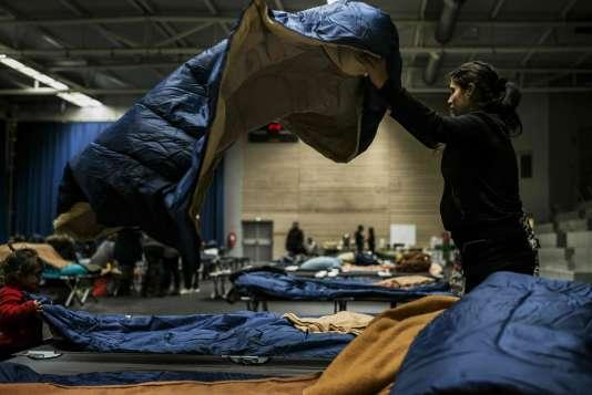 Une jeune femme prépare un lit, le 5 janvier à Lyon.