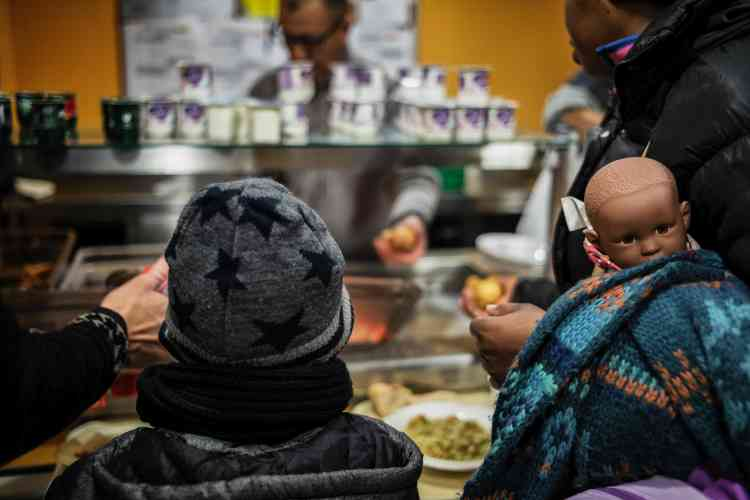 Une famille sans abri vient dîner, le 16 janvier, à La Cantine savoyarde, une cantine solidaire, à Chambéry.