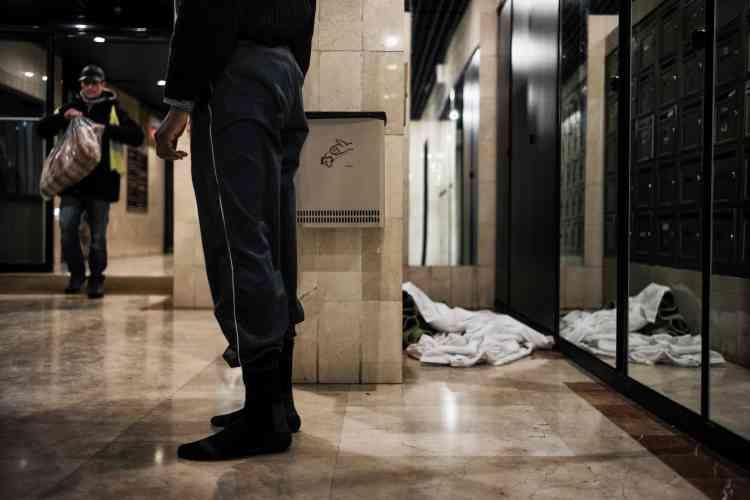 Comme Liyanage, 47 ans, qui a élu domicile pour la nuit au milieu des boîtes aux lettres dans un hall d'immeuble cossu du centre-ville. Divya Perrot, 42 ans et chargé ce soir-là de la maraude, respecte un rituel, toque à la porte et attend que l'homme, en chaussettes, vienne lui ouvrir. Il se préparait à s'endormir tout habillé, à même le sol, dans ses bien légères couvertures.Ce n'est pas la première fois mais le lendemain, il ira au relais «grand froid».