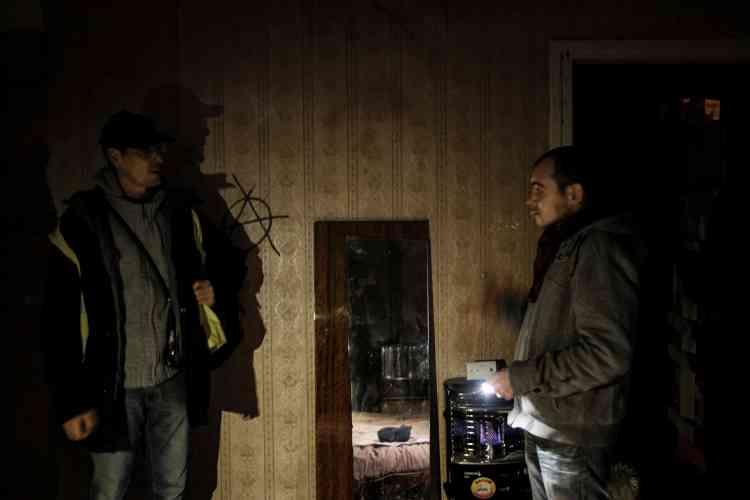 «Gardez-en un peu pour les autres. » A Chambéry, le 16 janvier, la nuit était glaciale mais Anthony Greggia, installé dans une maison abandonnée avec sa compagne et leurs cinq chiens, s'excuse presque quand La Sasson leur apporte nourriture et couvertures.