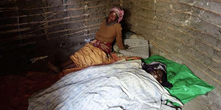 Une femme éplorée veille le corps de son mari, Mbusa Vitswamba, agriculteur égorgé dans son champ, près de Beni.