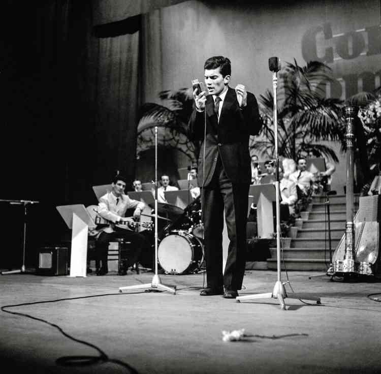 Grand admirateur de Brel et de Ferré, Luigi Tenco (ici en 1961) s'élevait dans ses chansons contre le conformisme de la société italienne.