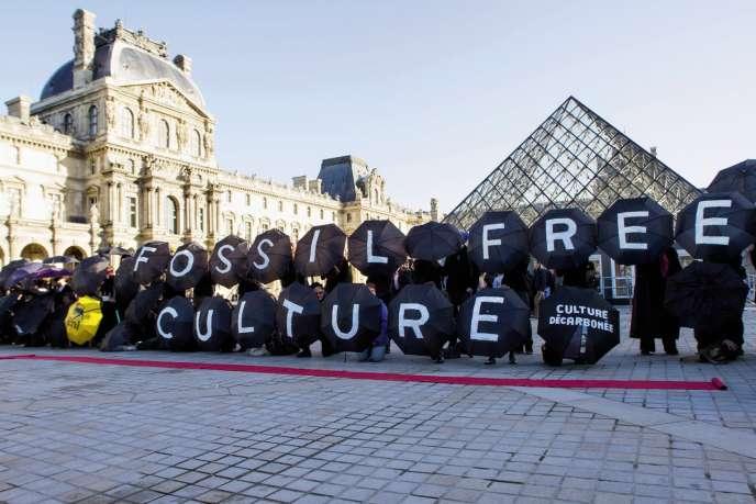 L'association 350.org s'oppose au mécénat de Total au Louvre, décembre 2015.