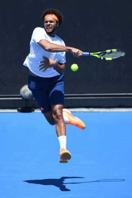 Jo-Wilfried Tsonga (12e mondial) a obtenu, lors du deuxième tour de l'Open d'Australie, une victoire nette contre le Serbe Dusan Lajovic (94e mondial) : 6-2, 6-2, 6-3. «Il y avait énormément de vent et c'est difficile d'être très serein quand la balle bouge beaucoup. C'était important d'être sérieux et de terminer ce match. Je n'avais pas de grosses sensations de frappe, mais c'est tout à fait normal, vu les conditions», a commenté le Manceau, âgé de 31 ans.Le numéro 2 français aura un adversaire de taille au prochain tour, l'Américain Jack Sock (20emondial).