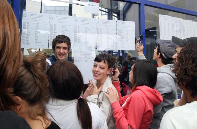 Résultats du bac au lycée Jean Monnet de Franconville, dans l'Oise. Les élèves du département sont plus nombreux à faire des études supérieures que ceux du département voisin de l'Aisne. AFP PHOTO BENJAMIN GAVAUDO / AFP PHOTO / BENJAMIN GAVAUDO