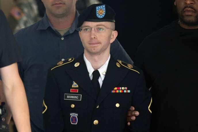 Chelsea Manning (à l'époque le soldat de première classe Bradley Manning) à sa sortie de la cour martiale qui l'a condamnée à 35 ans de réclusion, le 30 juillet 2013.