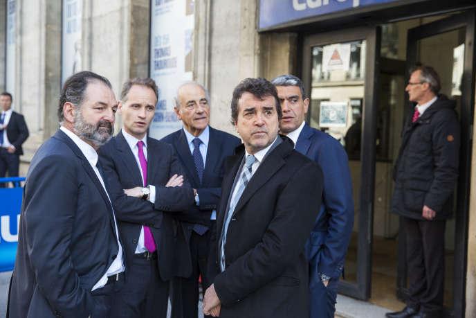 Denis Olivennes, Fabien Namias, Jean-Pierre Elkabbach, Arnaud Lagardère et Ramzi Khiroun sortent du siège d'Europe 1 à Paris, mardi 17 mai 2016.