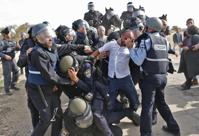Les policiers israéliens ont été dépêchés dans le village bédouin d'Oumm Al-Hiran, mercredi 18 janvier, pour sécuriser la démolition de plusieurs maisons et laisser la place à une nouvelle ville israélienne.