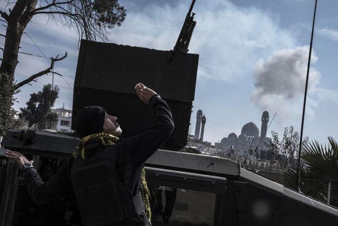 Dans le quartier Mohandessine, à Mossoul, le 17 janvier 2017, les forces d'élites'approchent de la grande mosquée de Mossoul, derrière laquelle une bombe de la coalition vient d'exploser.