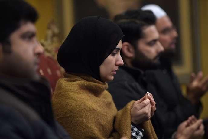 Conférence de presse donnée à Islamabad le 18 janvier par les proches des cinq disparus. Au centre, Meesha Saeed, la femme du blogueur Ahmed Waqas Goraya.