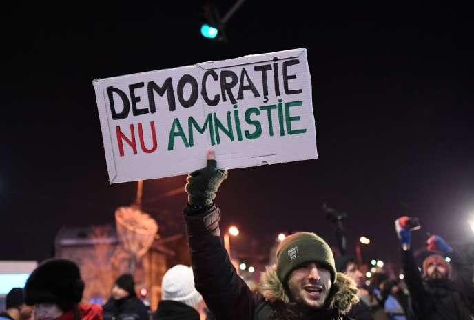 A Bucarest, mercredi 18 janvier. Sur la pancarte :« La démocratie, pas l'amnistie».