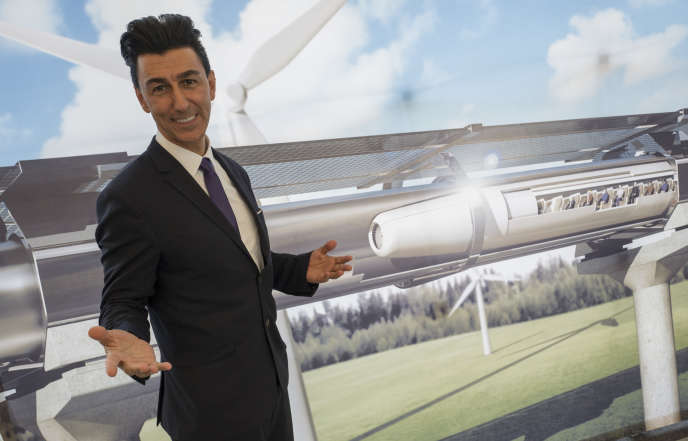 Bibop Gresta, co-fondateur et président de HTT,pose devant une maquette du train du futur Hyperloop, dans le salon du transport ferroviaire InnoTrans, àBerlin, le 20 septembre 2016.