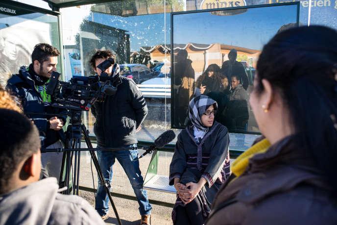A Corbeil-Essonnes, des jeunes du lycée Robert-Doisneau participent à un atelier cinématographique. Ils écrivent, réalisent et jouent des courts-métrage sur leur perception de l'identité française.