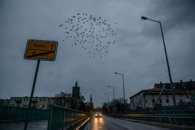 Coupée en deux au lendemain de la seconde guerre mondiale, la ville allemande de Guben a une jumelle en Pologne, sur l'autre rive de la Neisse, Gubin. Chaque matin, de nombreux Polonais traversent le pont enjambant la rivière pour tenter leur chance à l'ouest, car le travail manque cruellement.