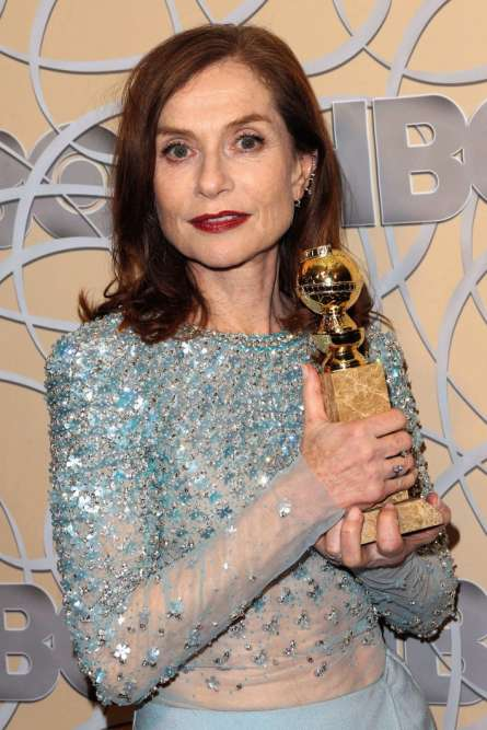 À63ans, elle vient d'être récompensée d'un Golden Globe pour son rôle dans «Elle», de Paul Verhoeven. On la dit aussi en route pour un Oscar. Isabelle Huppert étincelle plus que jamais et chacun s'interroge: quel est son secret ? En l'occurrence, c'est tout bête: une robe Armani Privé et des boucles d'oreilles Repossi de la collection Serti sur Vide.