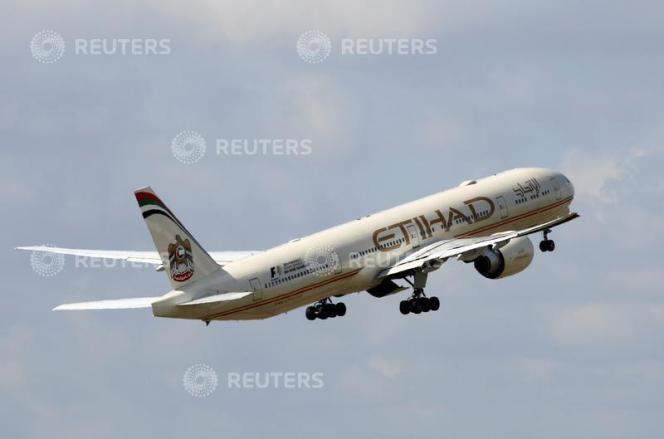 Un avion de la compagnie aérienne Etihad décolle de l'aéroport Charles-de-Gaulle, le 9 août.