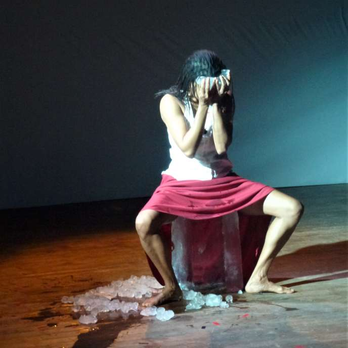 Myriam Mihindou lors de la performance « No Sensibility », à Paris, en 2013