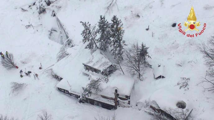 Vue aérienne de l'hôtel Rigopiano (trois étages) submergé par une avalanche, diffusée par les pompiers italiens, mercredi 18 janvier.