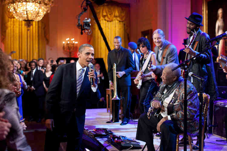 21 février 2012. Barack Obama rejoint B. B. King pour chanter « Sweet Home Chicago », lors du concert Red, White and Blues.
