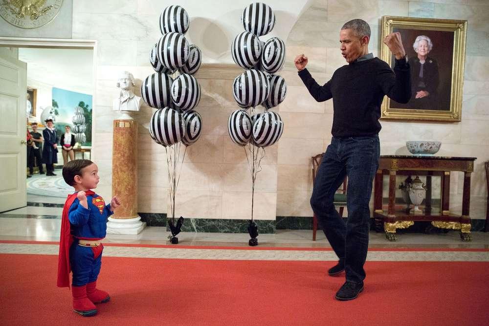 31 octobre 2016. Le président s'amuse avec un enfant déguisé en Superman à l'occasion dela fête d'Halloween.