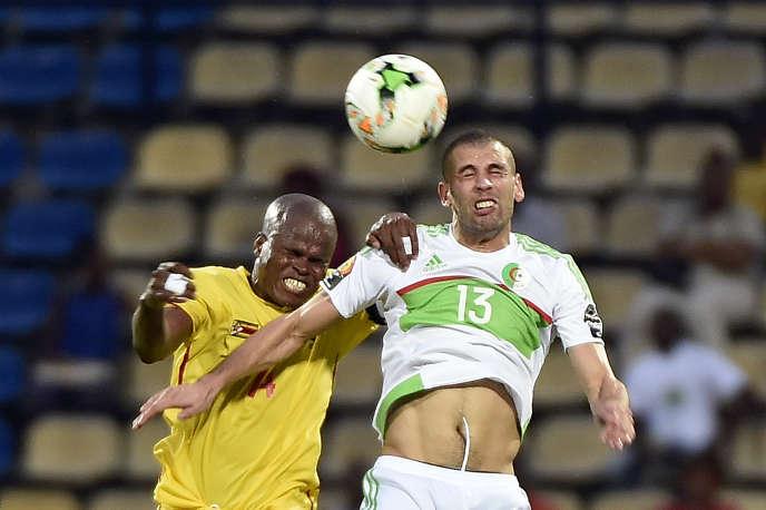 Islam Slimani, à droite, lors d'un duel avec Willard Katsande pendant le match Algérie-Zimbabwe, le 15 janvier à Franceville.