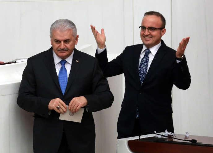 Le premier ministre Binali Yildirim (à gauche) a estimé que les attaques menées vendredi soir portaient la marque d'un « groupe terroriste de gauche ».