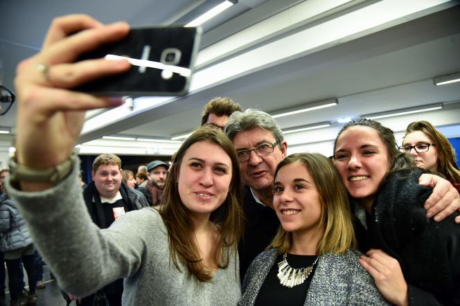 Jean-Luc Mélenchon se prête à un selfie à la fin d'un meeting au Mans, le 11 janvier.