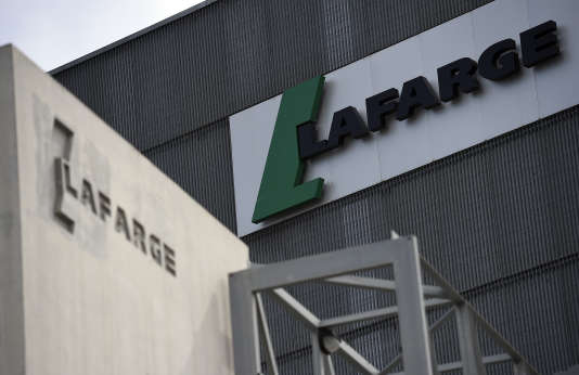 Le logo Lafarge sur une usinedu cimentier à Paris, le 7 avril 2014.Lafarge a fusionné en 2015 avec le groupe suisse Holcim.