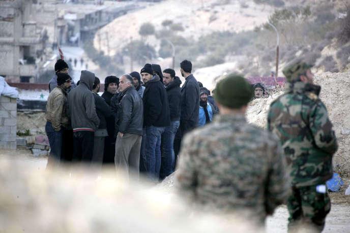 Des civils fuyant Wadi Barada,un faubourg de Damas (photo diffusée le 11 janvier par l'agence de presse officielle syrienne SANA).