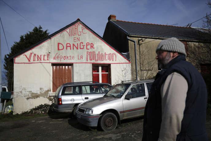 Claude Herbin devant sa maison, àNotre-Dame-des-Landes, le 17 février 2014.