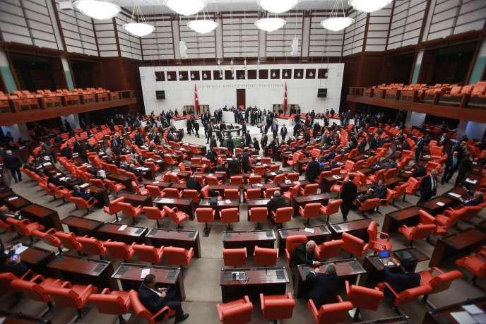 Lors du vote sur le projet de révision constitutionnelle au Parlement turc, le 21 janvier.