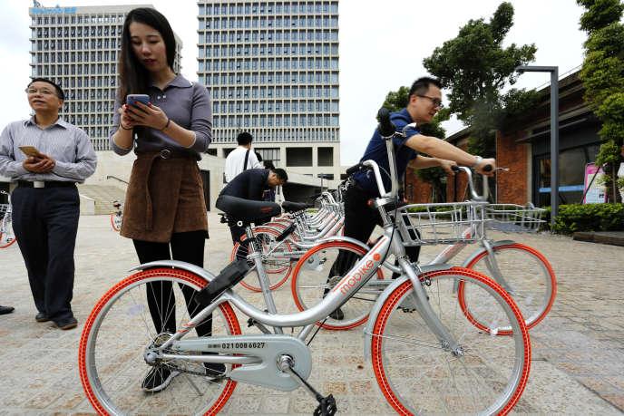 Les vélos connectés en libre-service Mobike, à Shanghaï (en Chine), le 19 octobre 2016.