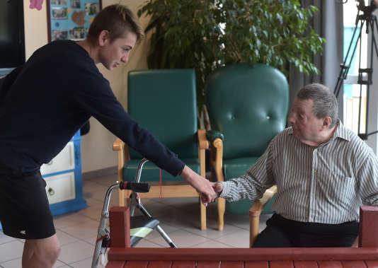 Un adolescent et un homme atteint de la maladie d'Alzheimer dans une maison de retraite de Saint Quirin, en octobre 2016.