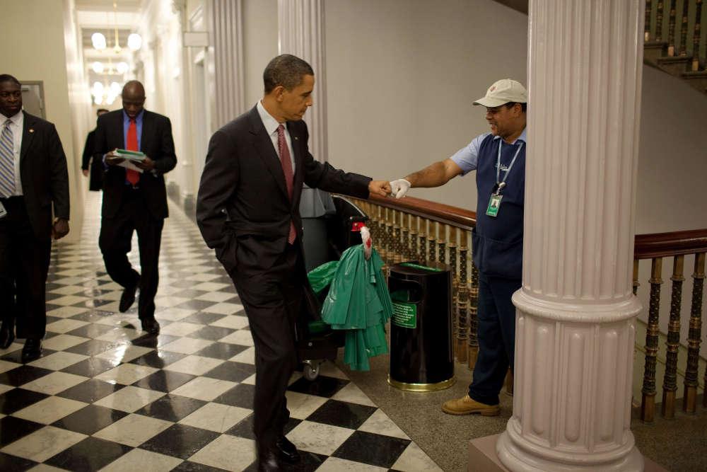 3 décembre 2009. Barack Obama fait un«check» à un employé de la Maison Blanche.