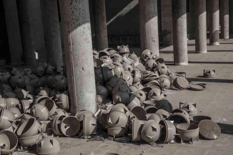 Des pièces utilisées dans la fabrication de bombes artisanales de l'Etat Islamique devant un atelier de fabrication du complexe universitaire.