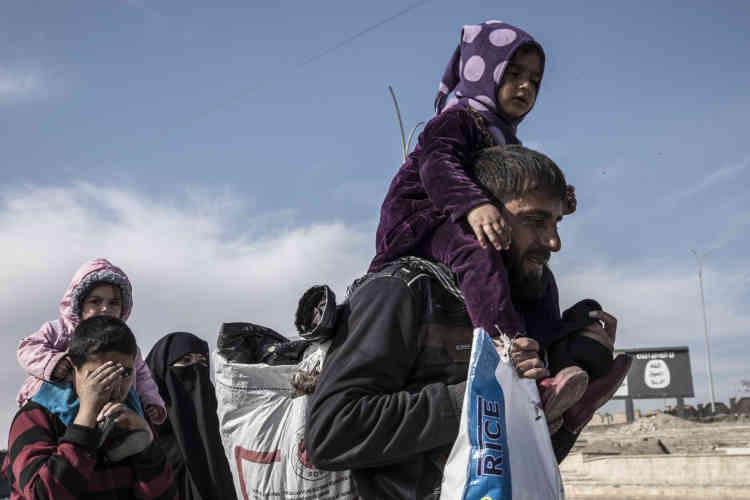 Depuis l'annonce de la libération, des centaines de civils repliés sur les rives du fleuve Tigre pendant la bataille contre l'Etat islamique regagnent leurs quartiers à pied.
