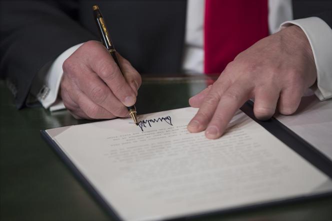 Le président américain Donald Trump signant sa nomination, au Capitol (Washington), le 20 janvier 2017.