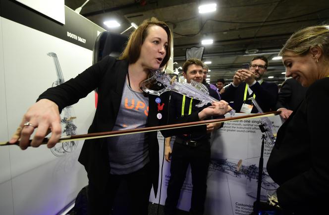 La secrétaire d'Etat chargée du numérique et de l'innovation, Axelle Lemaire, teste un produit au CES de Las Vegas, le 5 janvier.