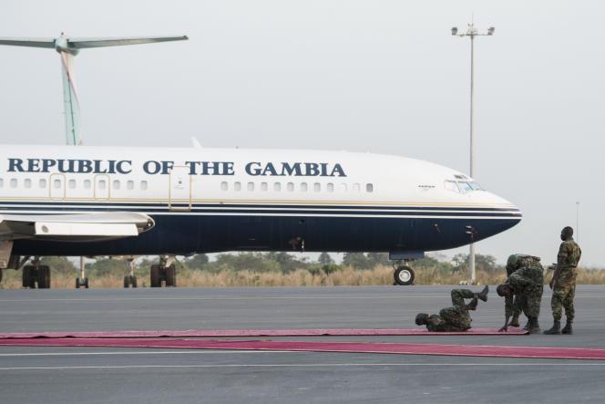 Des soldats gambiens jouent sur le tapis rouge de l'aéroport de Banjul, le 20 janvier.