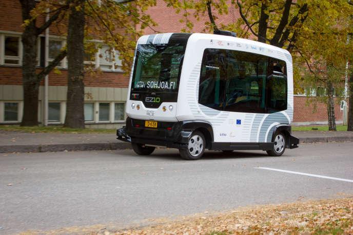 la petite navette permet un transport sur route sans conducteur depuis une station de métro, de bus ou de tram jusqu'à une destination finale dans un quartier ou dans une zone limitée