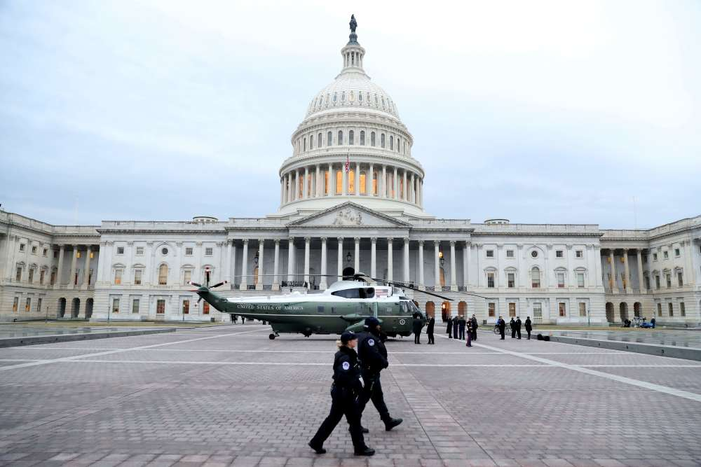 Un hélicoptère de la flotte présidentielle devant le Capitole.La cérémonie officielle d'investiture de Donald Trump débutait à 9 h 30, heure de Washington.