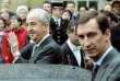 Edouard Balladur dans la cour de Matignon (Paris) le 18 mai 1995 avec, au premier plan, son ex-directeur de campagneNicolas Bazire.