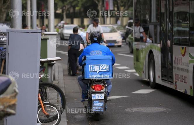 Un livreur de repas de l'entreprise Ele.me, à Shanghaï, le 9 octobre 2015.