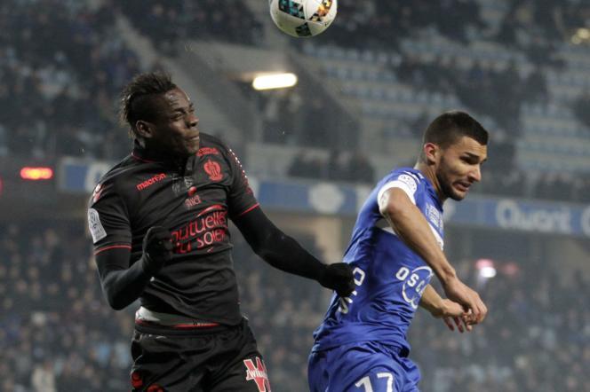 Le Niçois Mario Balotelli, le 20 janvier à Bastia, contre le Bastiais Lindsay Rose.