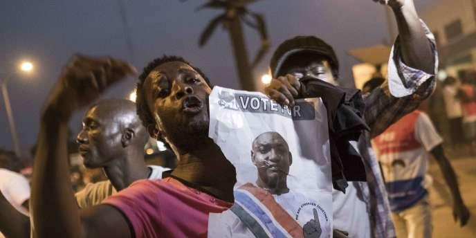 Des Gambiens fêtent l'investiture du nouveau président Adama Barrow, à Banjul, le 19janvier 2017.