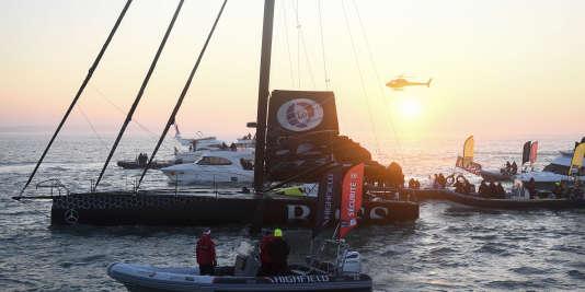 Le Gallois Alex Thomson franchit la ligne d'arrivée du Vendée Globe, vendredi20janvier, à bord de « Hugo-Boss», seize heures après le vainqueur Armel Le Cleac'h.