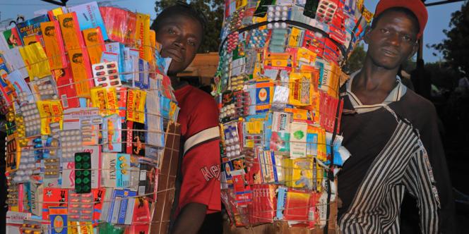 Vendeurs de médicaments dans les rues de Mopti au Mali.
