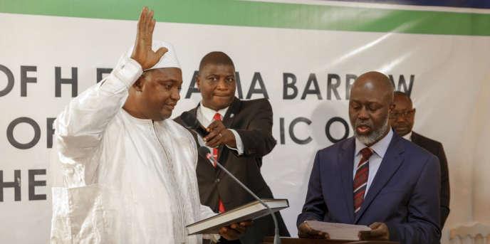 Le président gambien élu, Adama Barrow (à gauche), a été investi le 19 janvier 2017 à l'ambassade de Gambie au Sénégal.