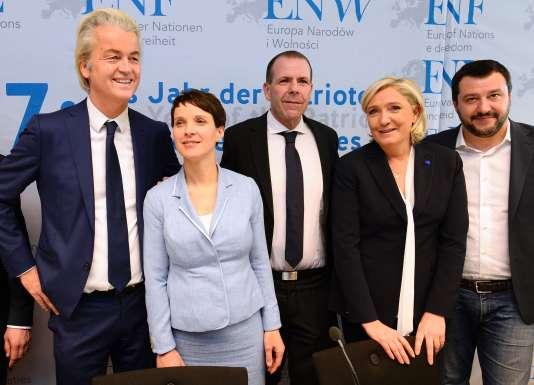 Geert Wilders, Frauke Petry, Harald Vilimsky, Marine Le Pen et Matteo Salvini, réunis le 21 janvier à Coblence.