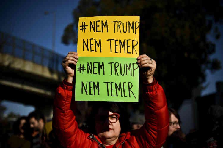 A Lisbonne, une manifestante rejette Donald Trump, mais aussi le président brésilien Michel Temer.